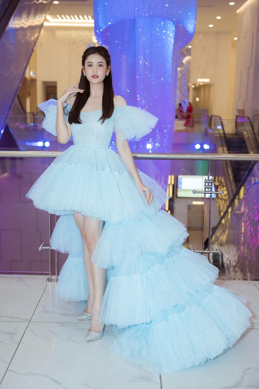 Trương Quỳnh Anh đẹp thanh thoát với chiếc váy màu xanh biển.
