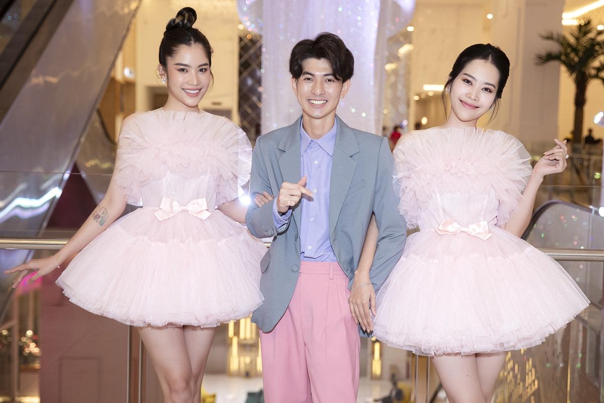 Tối 15/10, NTK Nguyễn Minh Công tổ chức show diễn The Princess lấy cảm hứng, màu sắc của thế giới cổ tích. Sự kiện đánh dấu chặng đường 5 năm theo đuổi sự nghiệp của nhà thiết kế trẻ tài năng. Thảm đỏ quy tụ rất nhiều gương mặt quen thuộc của showbiz.