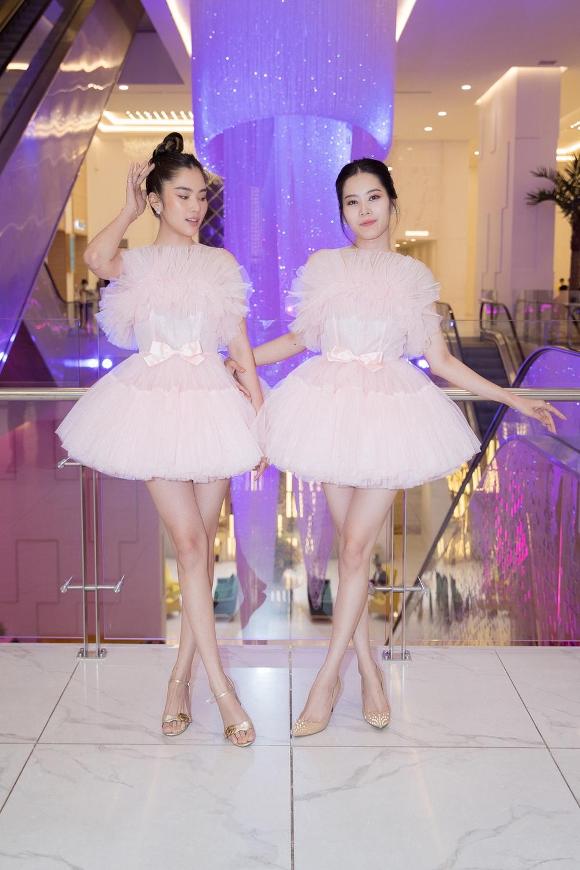 Các người đẹp lên đồ lấp lánh như công chúa đi trẩy hội, để phù hợp với không gian thần tiên. Chị em Nam Anh – Nam Em diện bộ đầm ngắn váy xòe màu hồng ngọt ngào.