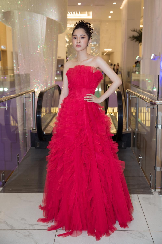 Quỳnh Hương đỏ rực khi chọn váy khoe vai trần.