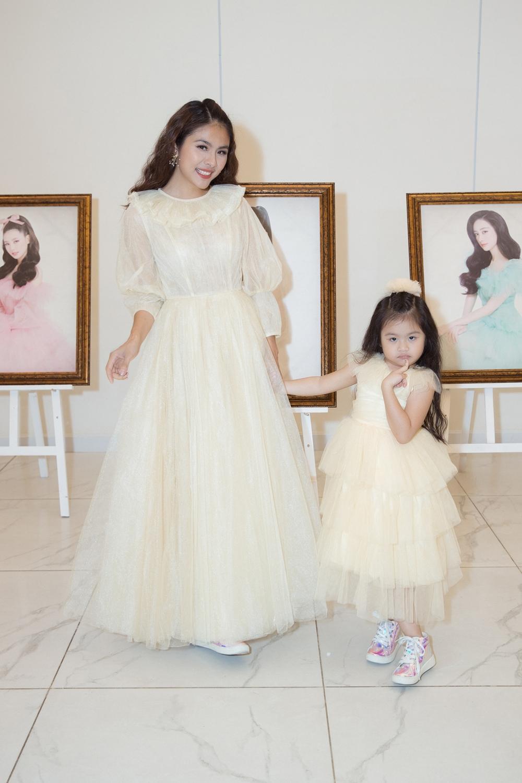 Mẹ con diễn viên Vân Trang diện váy công chúa đồng điệu.