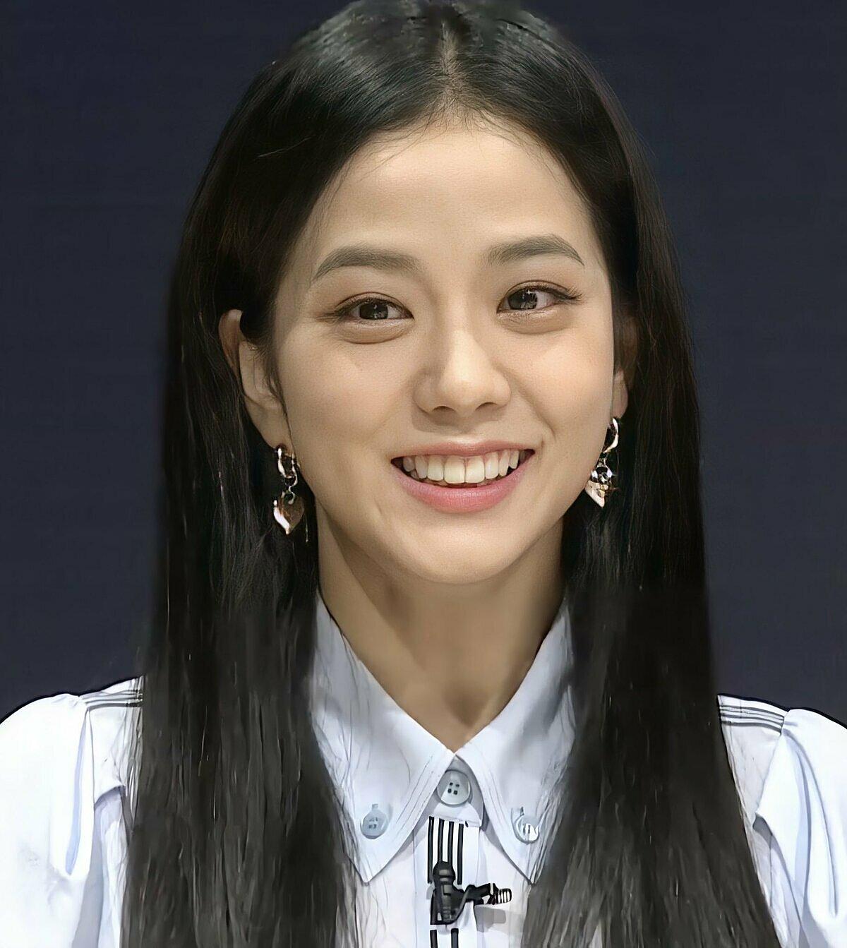 Gương mặt Ji Soo bị chê già, nhiều nếp nhăn.