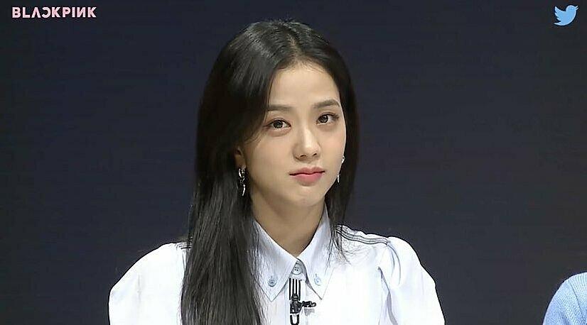 Tại sự kiện Live Q&A ngày 14/10, người hâm mộ để ý thấy Ji Soo khá kiệm lời, thần thái cũng không hoạt bát như ngày thường.