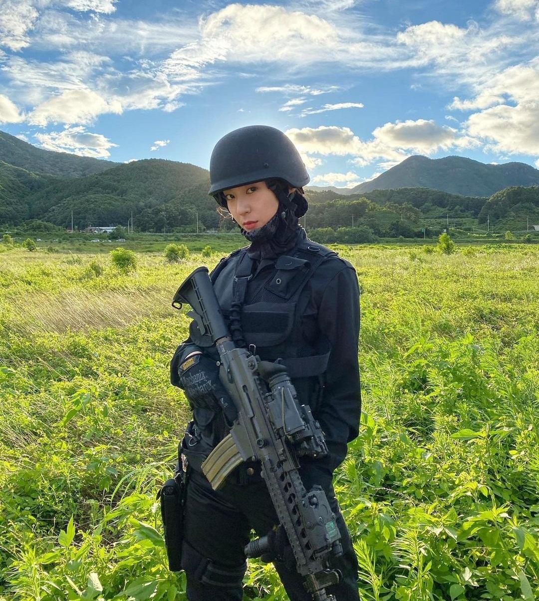 Krystal khiến fan trầm trồ khi hóa thân thành nữ quân nhân trang bị tận răng cực ngầu.
