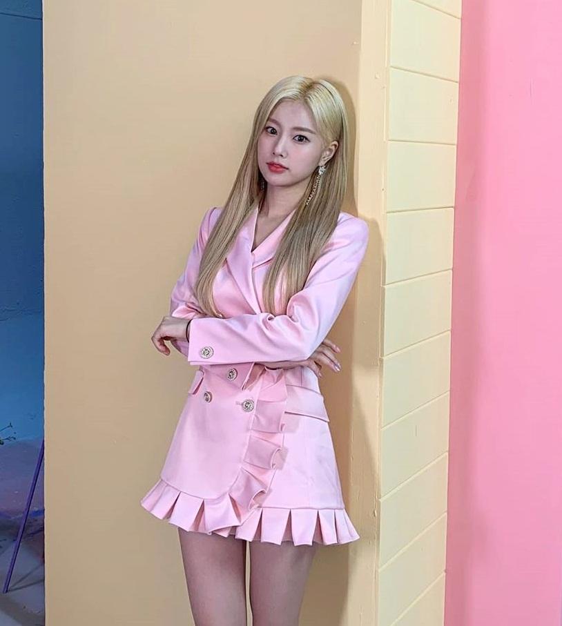 Hye Won (IZONE) như búp bê Barbie trong bộ váy hồng, tóc vàng hoe.