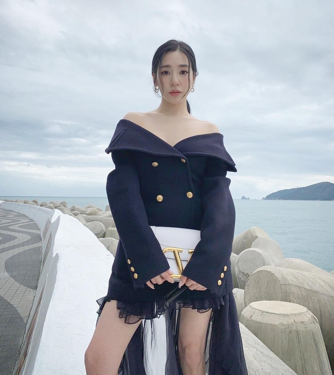 Tiffany diện váy trễ vai gợi cảm tạo dáng trước biển như trên sàn catwalk.