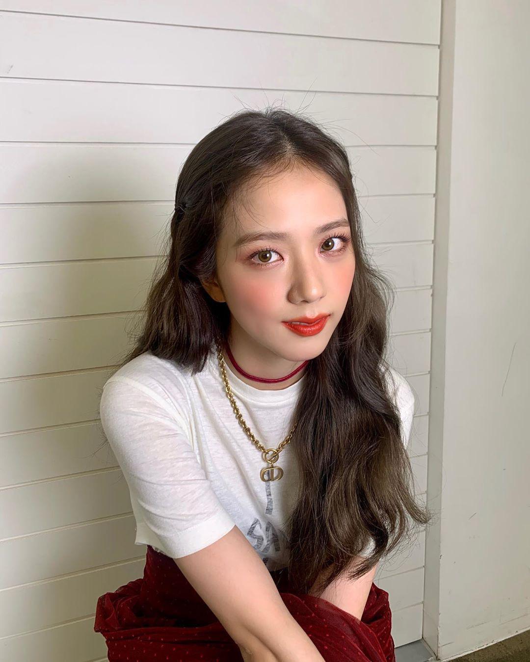 Trong ảnh hậu trường buổi chụp hình tạp chí được đăng lên Instagram hồi tháng 8, Ji Soo để lộ khuyết điểm nhiều đường ngấn ở bọng mắt, ánh nhìn mệt mỏi.