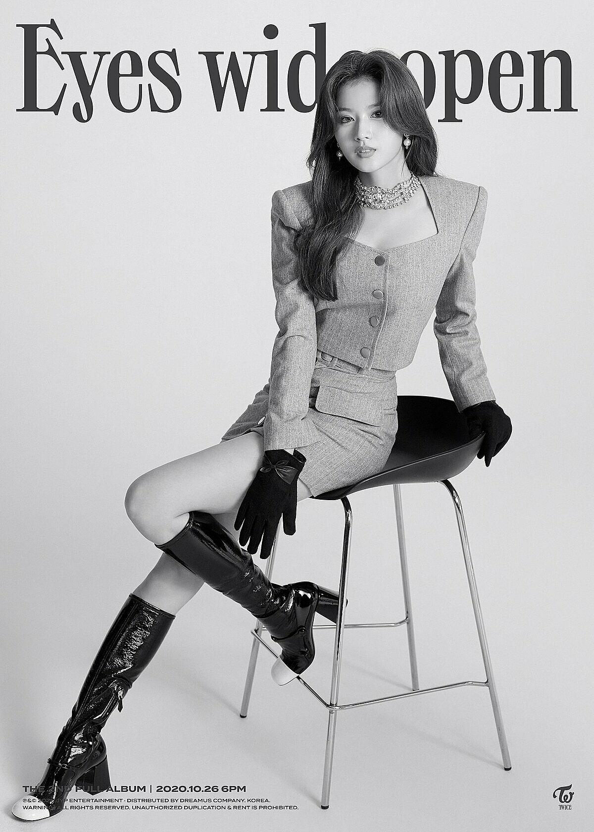 Thần thái tự tin, quyến rũ trong poster cá nhân của Sana.