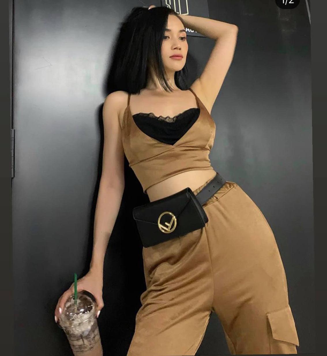 Những brand bình dân như Zara, Topshop, Stradivarius... cũng là điểm đến mua sắm yêu thích của Sĩ Thanh. Cô thường mix đồ giá mềm với phụ kiện đắt đỏ để tăng đẳng cấp cho tổng thể.