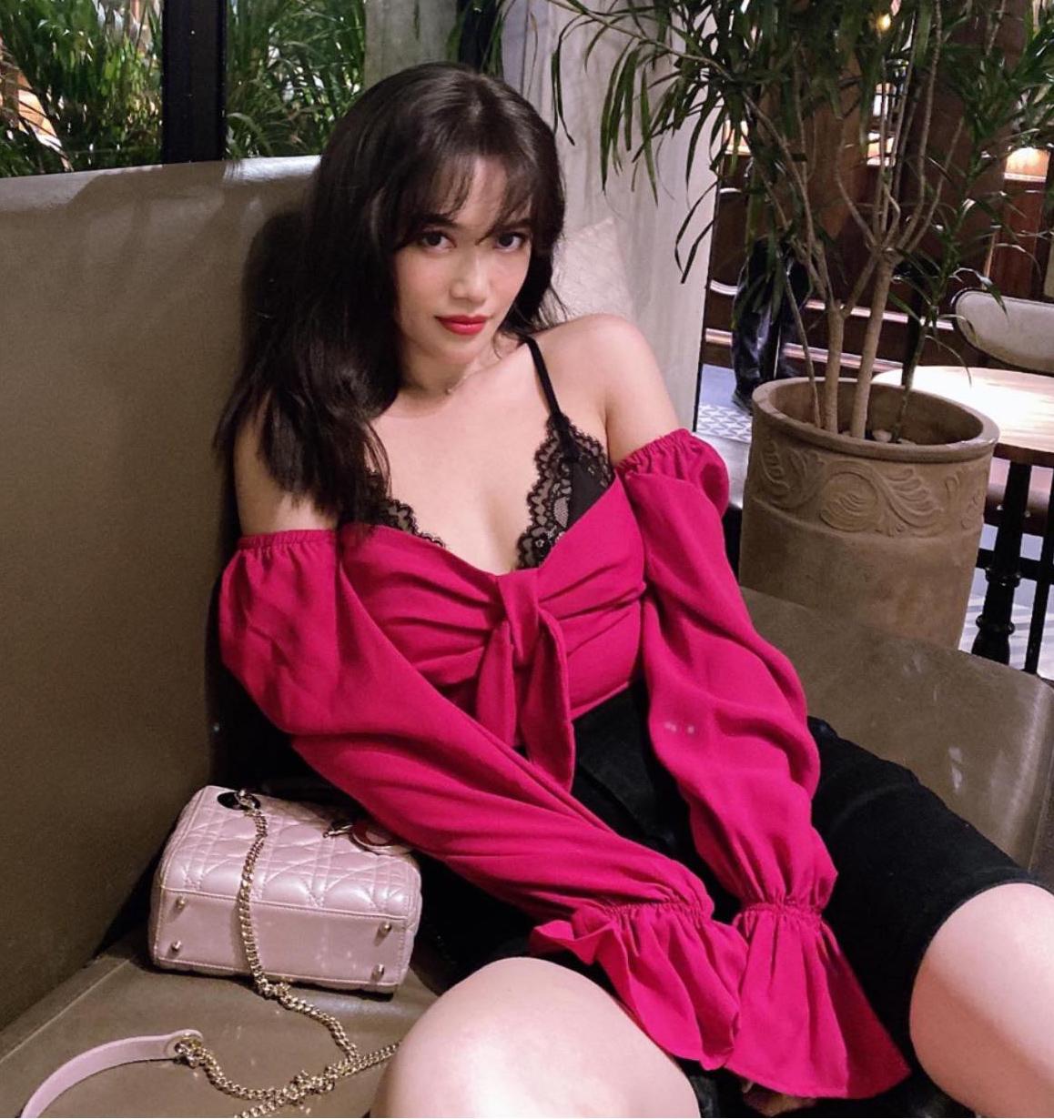 Vì đồ thường chỉ mặc một vài lần là chán, Sĩ Thanh tránh không mua những item quá đắt đỏ để tiết kiệm. Cô thường thích theo đuổi phong cách sexy, hiện đại.