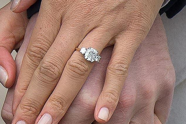 Nhẫn đính hôn gồm 3 viên kim cương trị giá 350.000 USD của Meghan. Ảnh: Splashnews