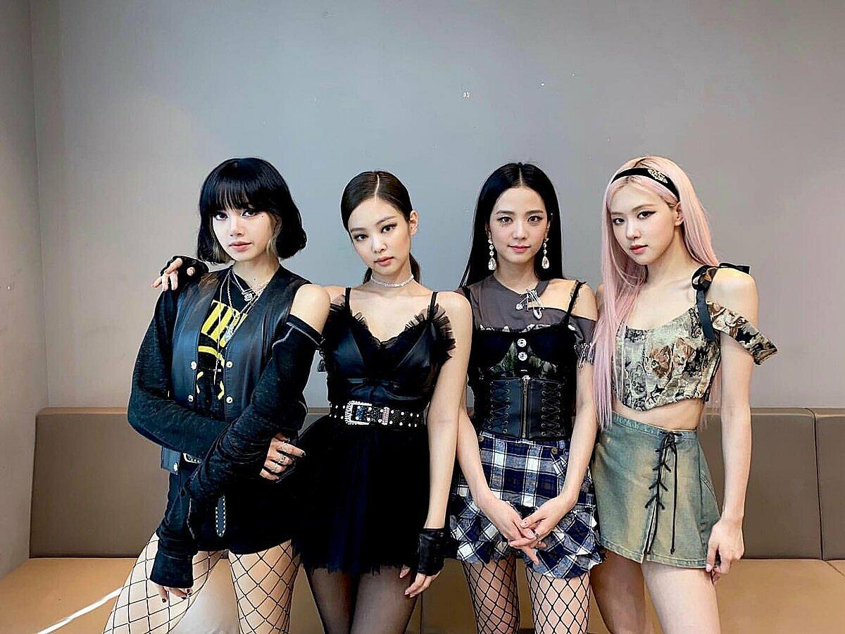 Black Pink có sân khấu quảng bá Lovesick Girls tại Music Core ngày 17/10. Trang phục trình diễn của girlgroup YG trở thành chủ đề được fan bàn luận.