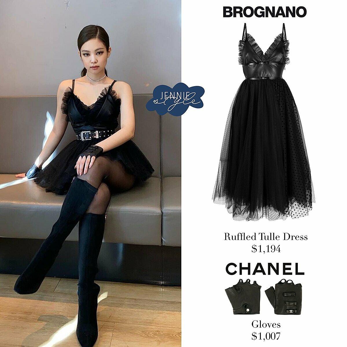 Bộ váy của Jennie đến từ thương hiệu Brognano có giá 1.194 USD. Đôi găng tay Chanel xa xỉ có giá 1.007 USD.