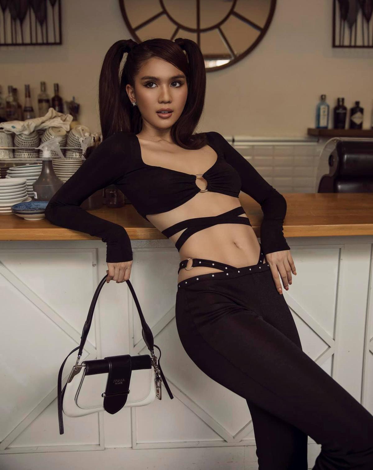 Ở Việt Nam, kiểu mặc đồ cố tình lộ dây nội y này cũng thịnh hành gần đây, được nhiều mỹ nhân hưởng ứng.
