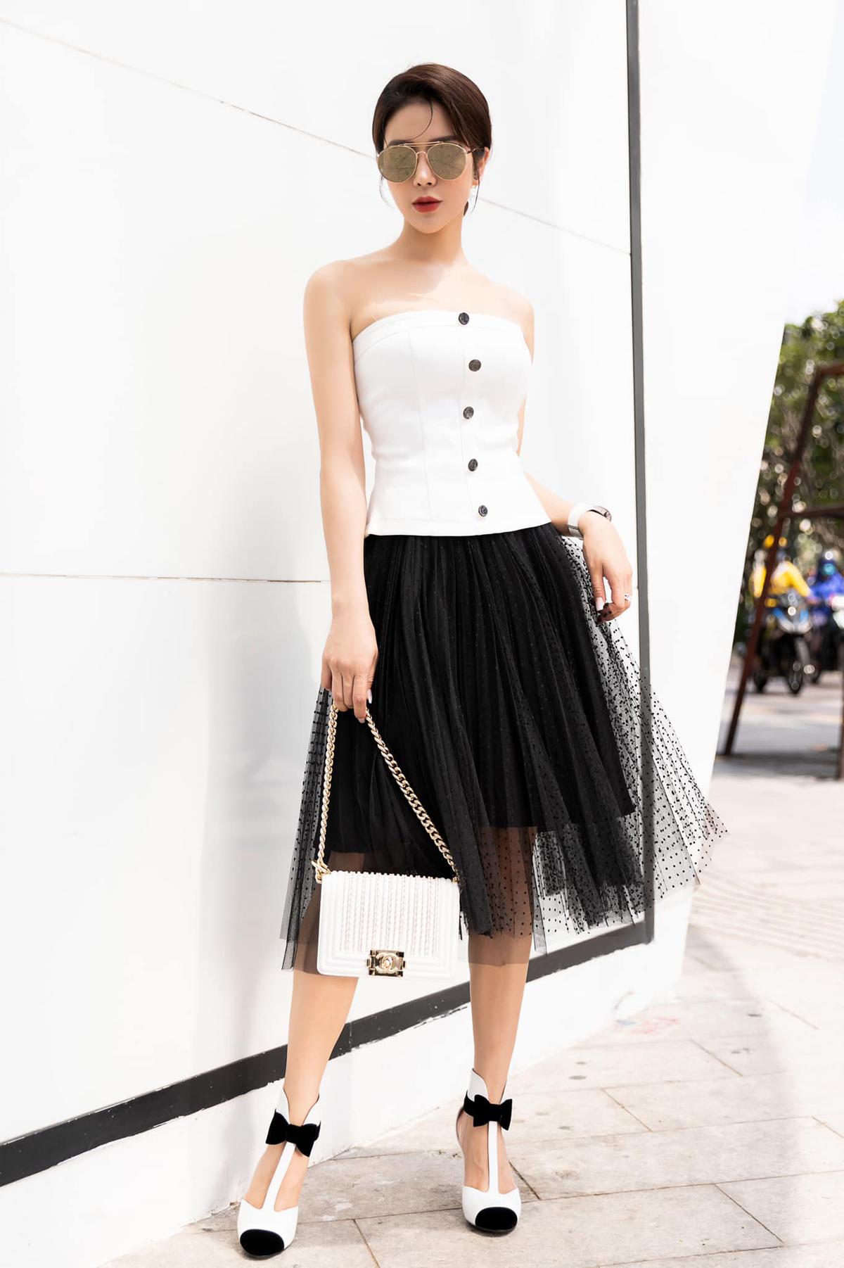 Thường ngày thích phong cách cá tính, Diệp Lâm Anh gây bất ngờ khi đổi gió với trang phục như tiểu thư. Váy quây, chân váy tulle và giày đính nơ giúp người đẹp trông rất nữ tính.