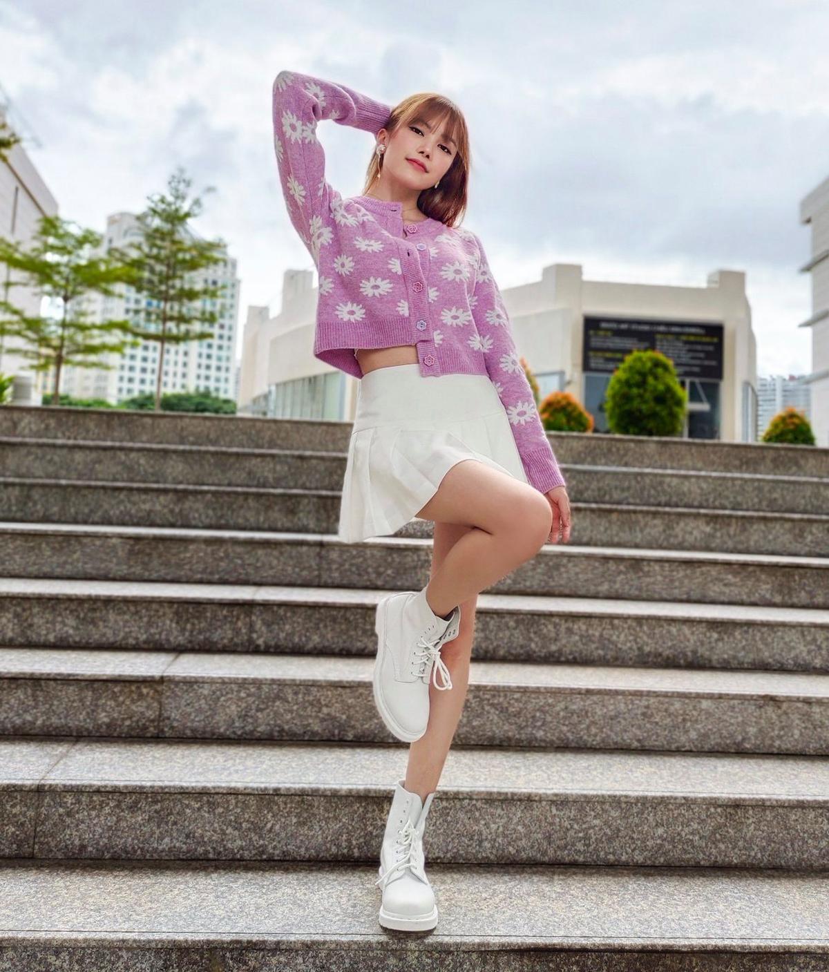 Thiều Bảo Trâm rất chuộng cách lên đồ theo phong cách high teen. Chiếc cardigan được nữ ca sĩ cài khuy lệch phá cách, kết hợp cùng chân váy xòe tạo tông thể như nữ sinh.