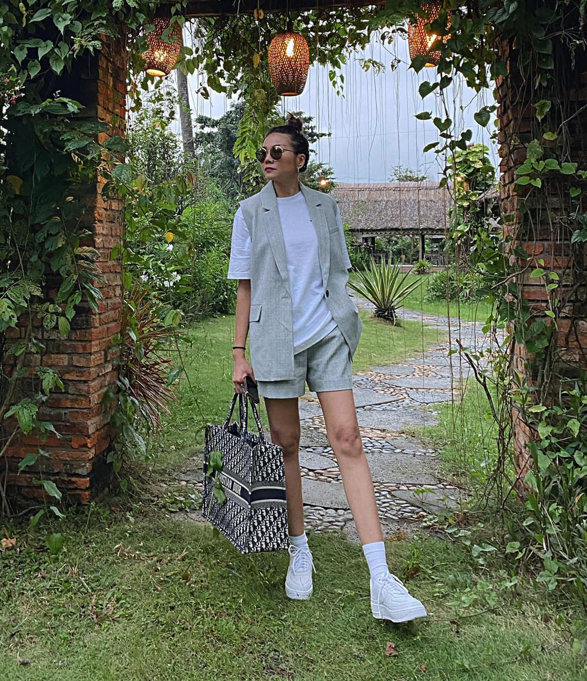 Gilet và quần shorts được Thanh Hằng kết hợp với áo phông, giày thể thao tạo tổng thể rất trẻ trung.
