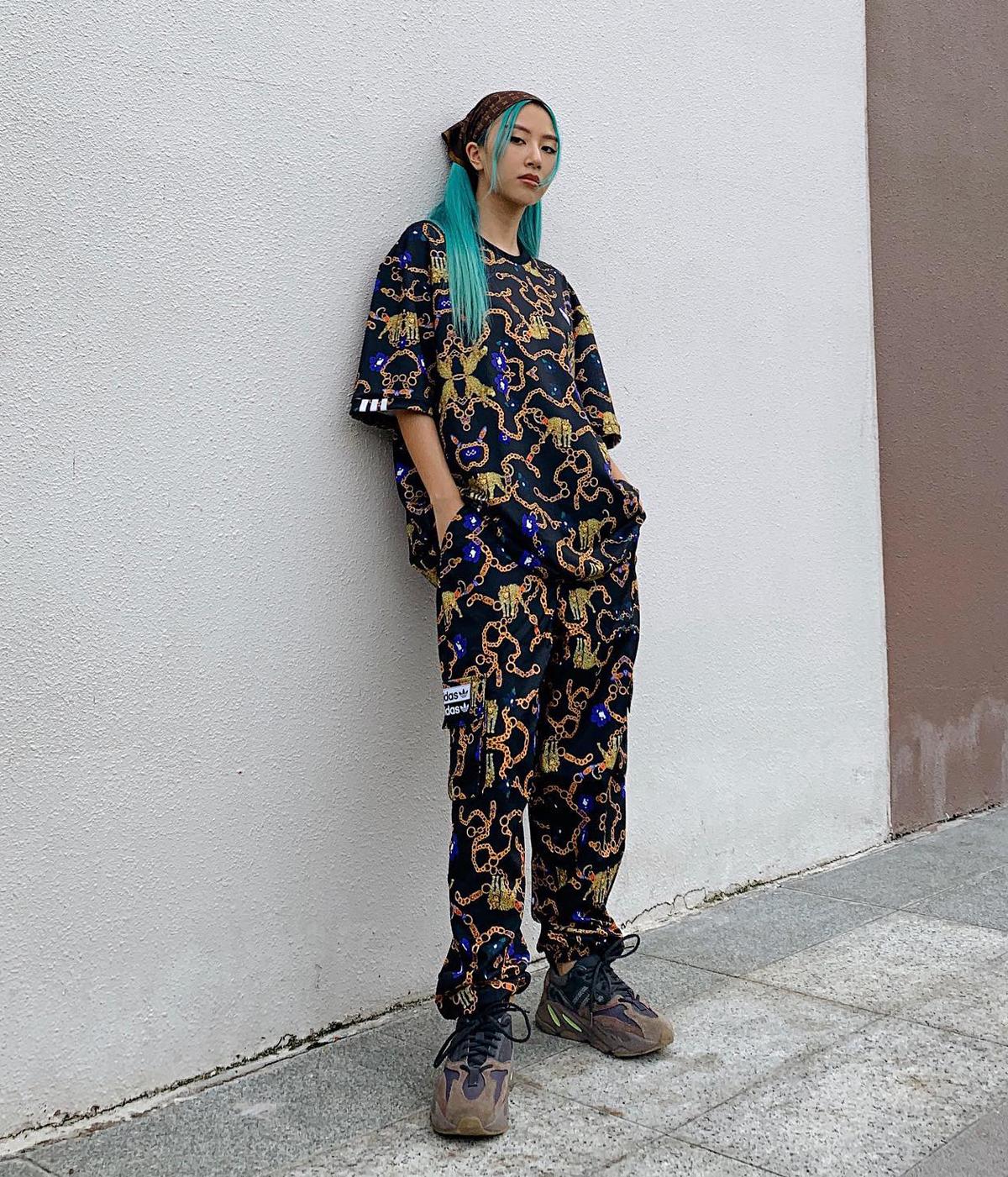 Xuống phố mùa thu, Quỳnh Anh Shyn cool ngầu với cả cây đồ họa tiết của Adidas. Cô nàng tạo điểm nhấn bằng khăn trùm đầu như cướp biển.