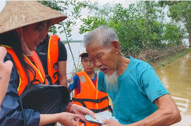 Thủy Tiên vượt lũ đi tiếp tế cho người dân vùng lũ.