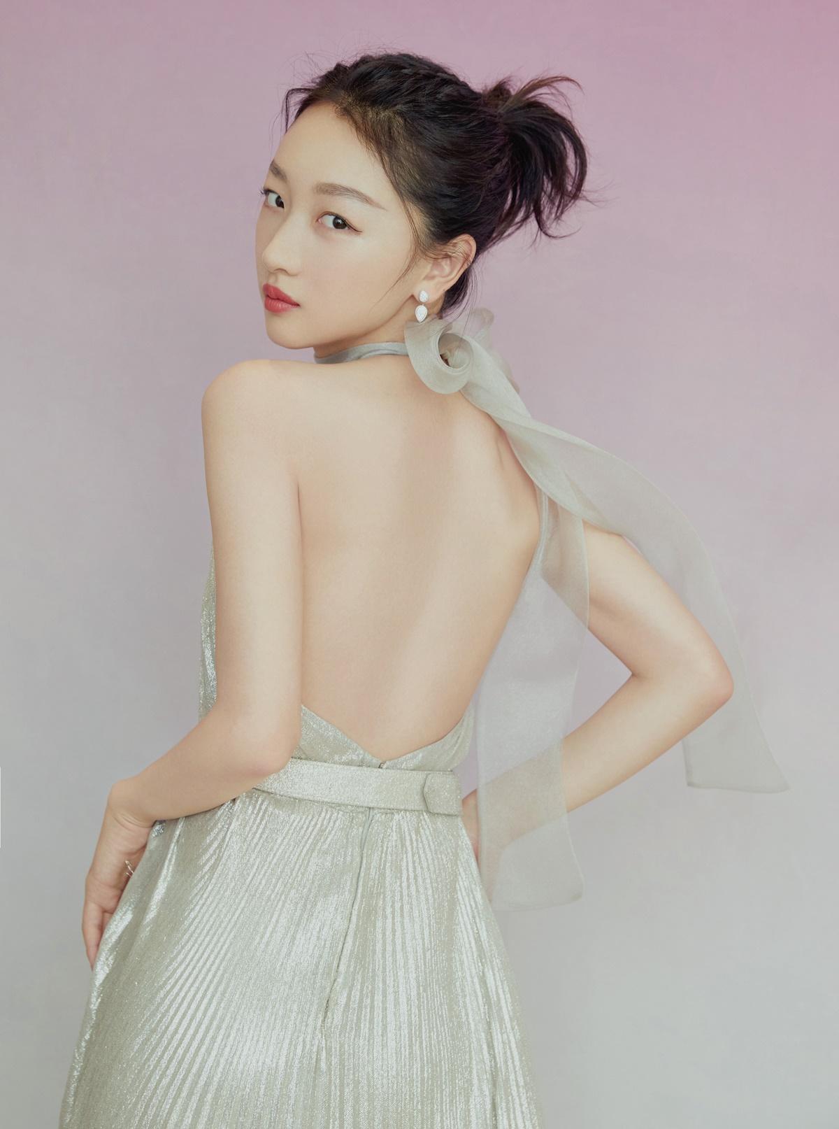 Châu Đông Vũ khoe khí chất đẳng cấp trong bộ đầm hở lưng quyến rũ.