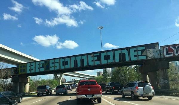 Dòng chữ Be someone nổi tiếng trên cầu vượt Houston.