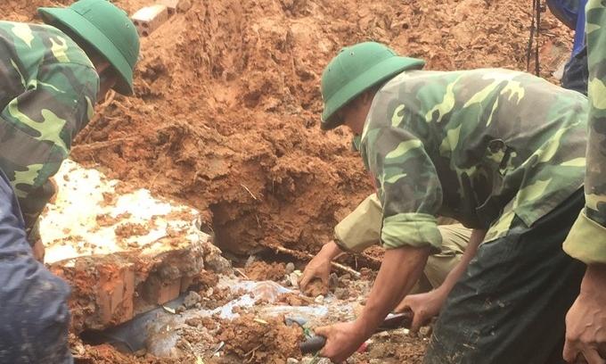 Bộ đội đào bới tìm kiếm những người mất tích.