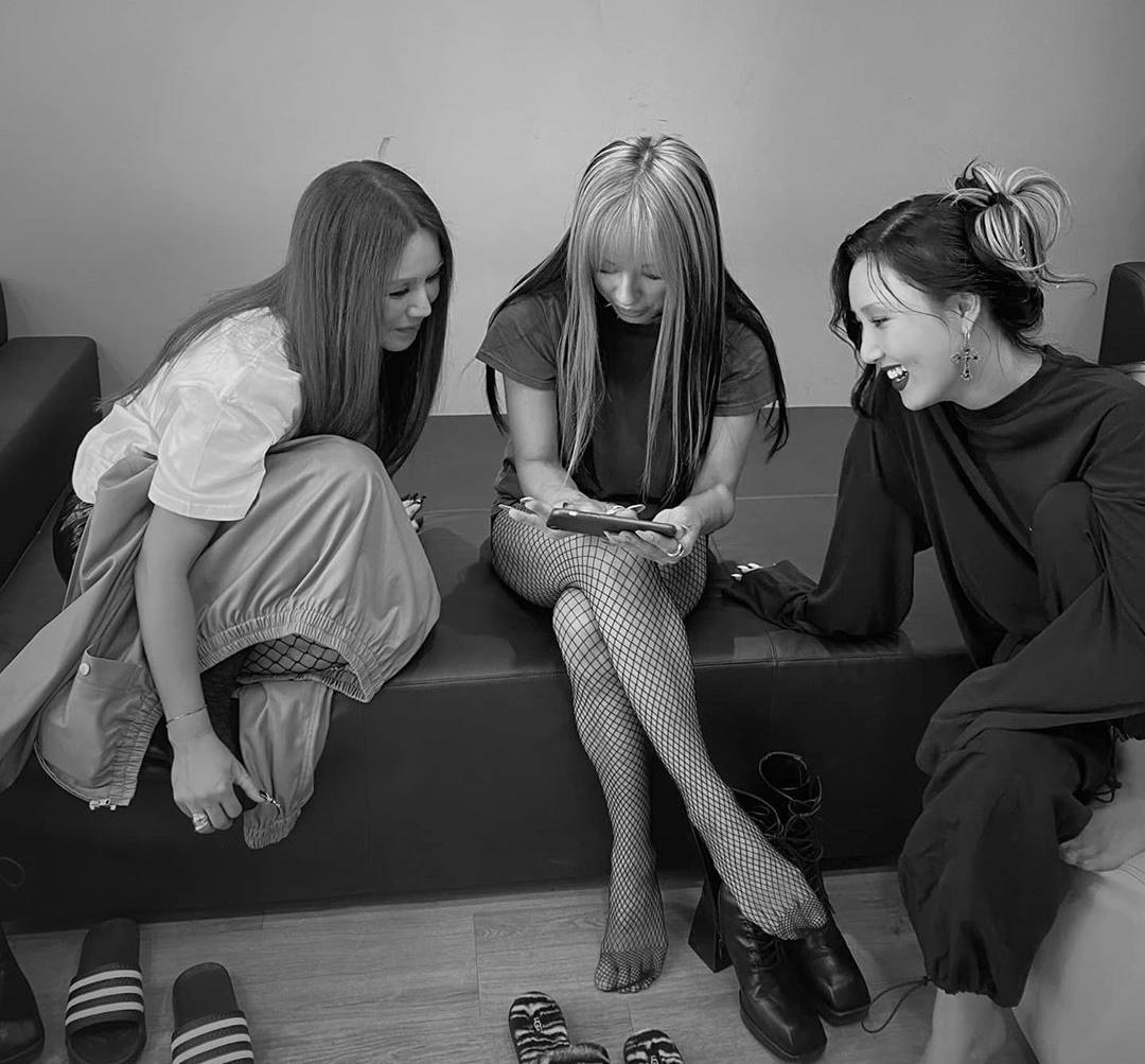 Hwasa (phải) gọi hai đàn chị Lee Hyo Ri và Uhm Jung Hwa là my queen.