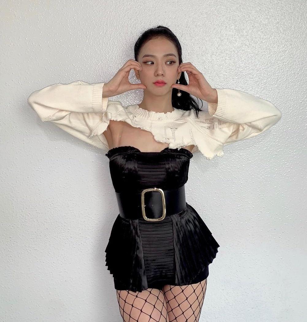 Ji Soo tiếp tục bị stylist dí cho chiếc áo rách nham nhở. Cũng may là visual đỉnh cao của cô nàng vớt vát lại được outfit kỳ quặc này.