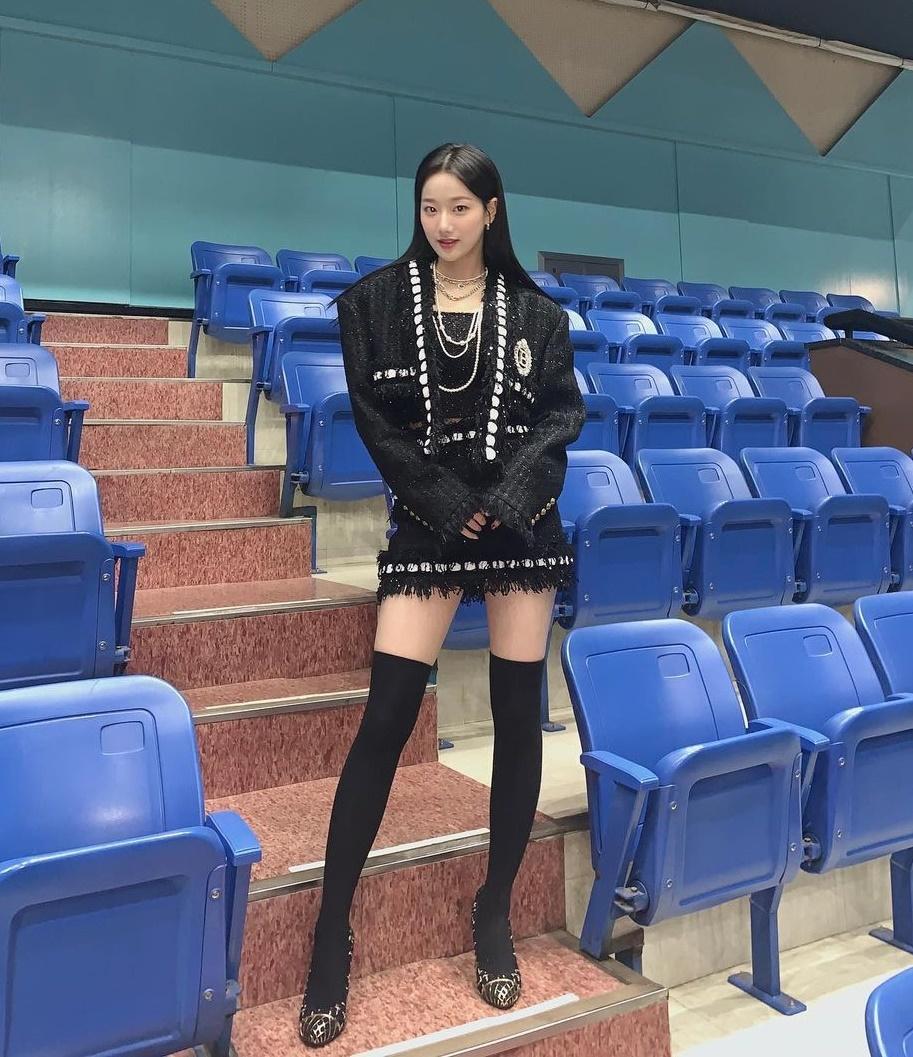 Na Eun (April) diện cây đồ đen khoe chân thon dài hút mắt.