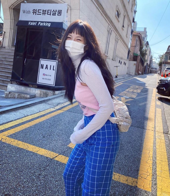 Hyuna cười tít mắt đi chơi với set đồ trẻ trung.