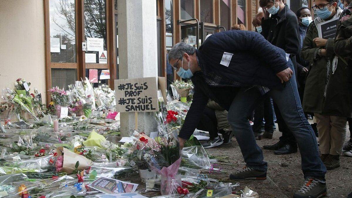 Người dân đặt hoa tưởng niệm thầy giáo Samuel Paty. Ảnh: AFP.