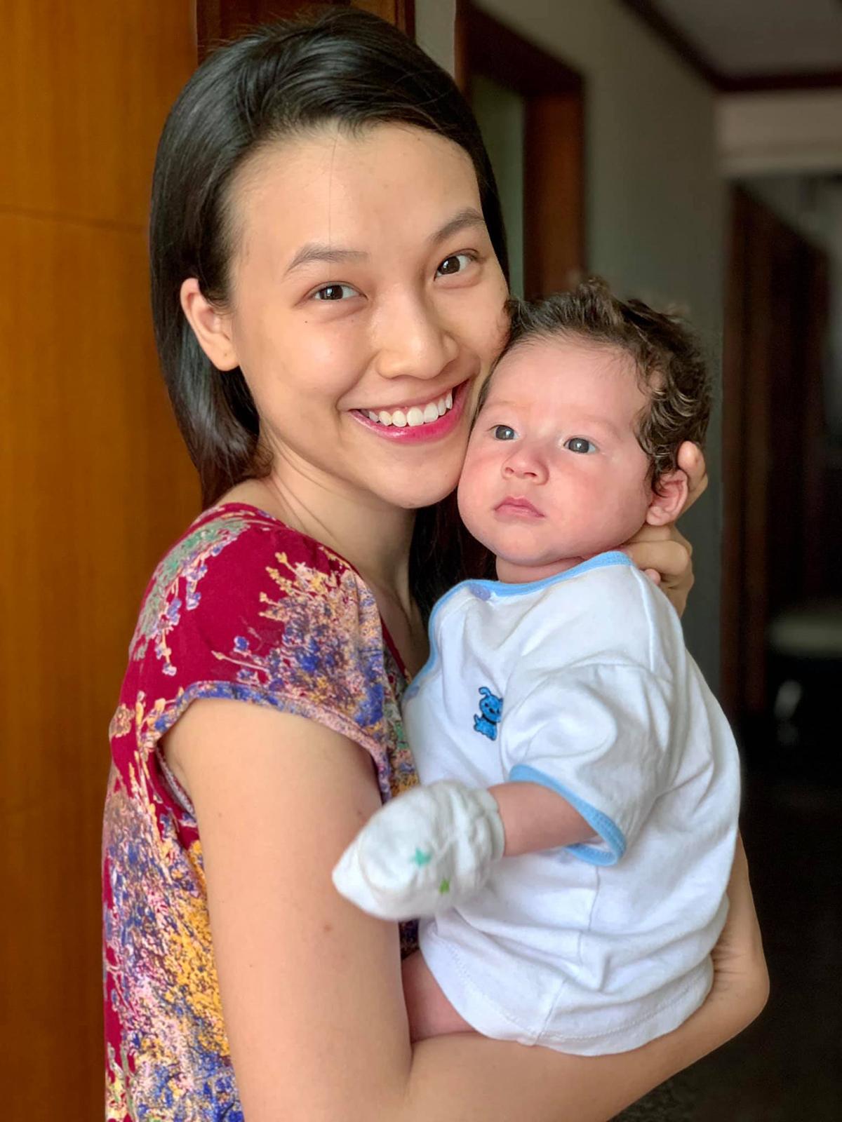 Lúc này cậu bé hai tháng tròn mà nhìn như ông già vậy á, MC Hoàng Oanh nói về con trai lai Tây.