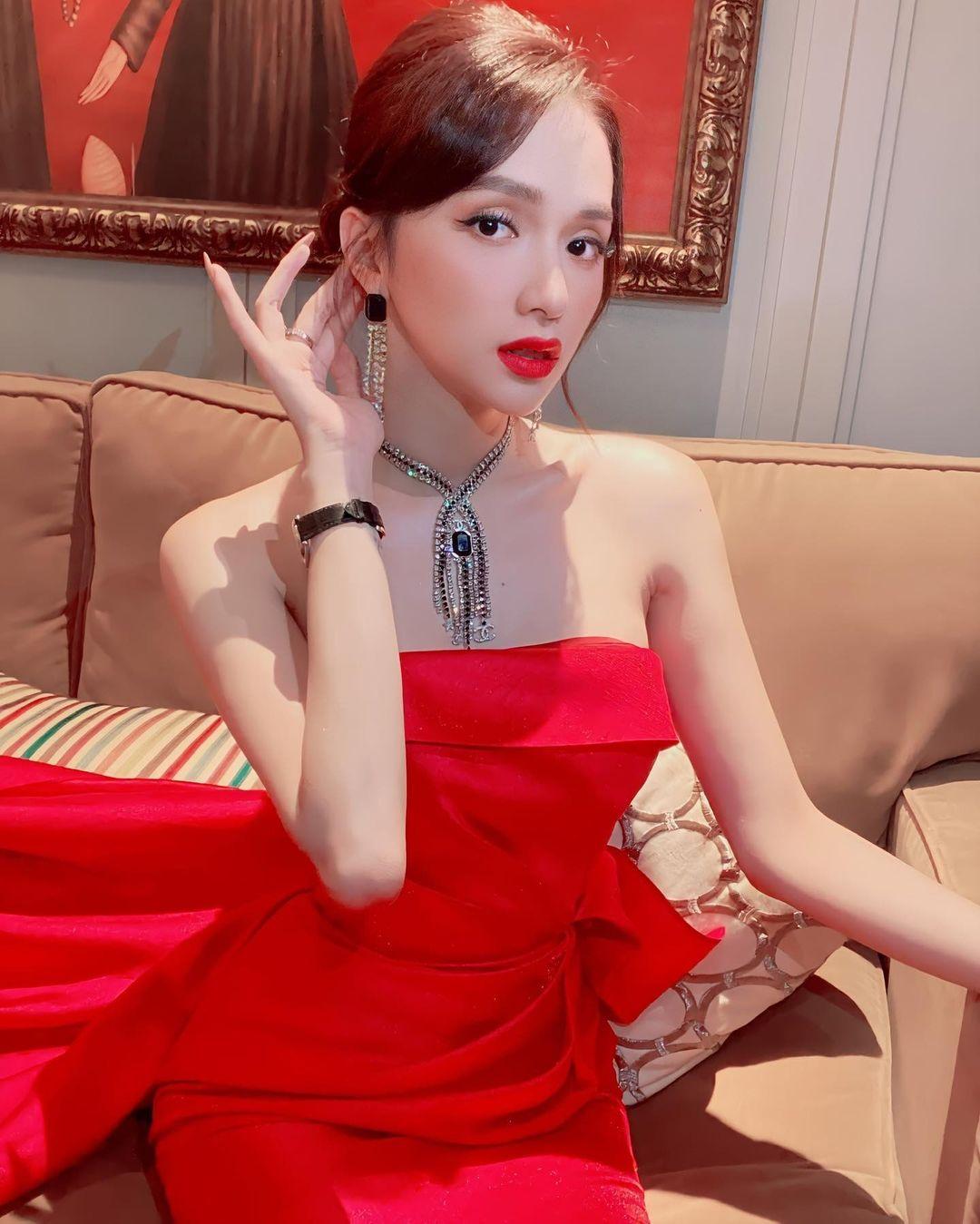 Hương Giang cho rằng màu đỏ giúp cuộc sống của cô rực rỡ nên người đẹp rất chăm diện trang phục có sắc màu này.