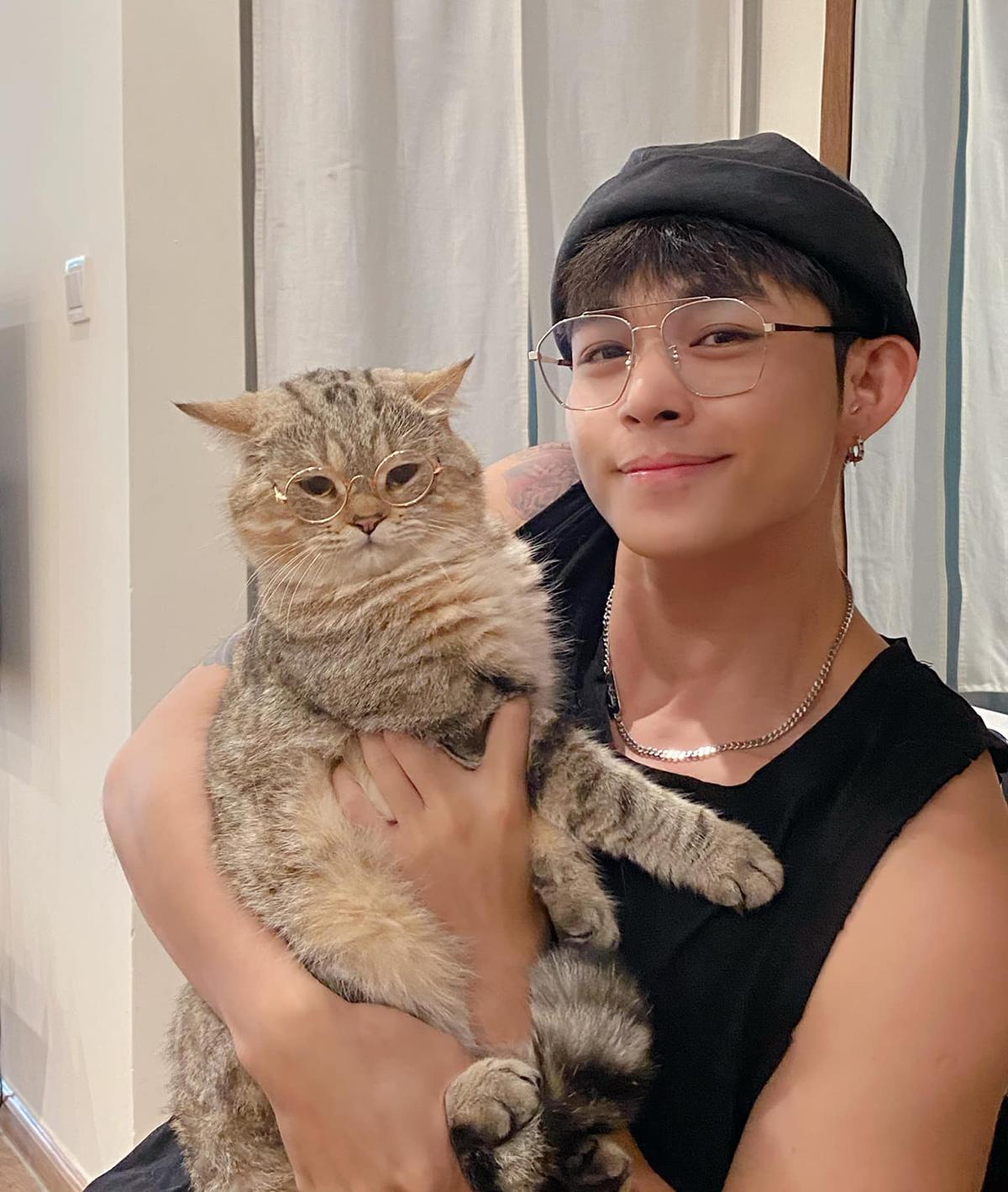 Jun Phạm sắm cho mèo cưng chiếc kính đôi giống hệt hai bố con.