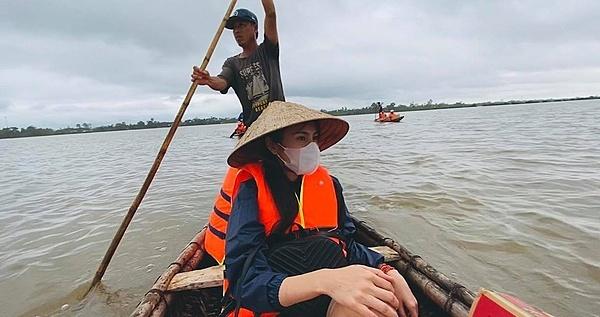 Thủy Tiên suýt bị lật thuyền khi đi làm từ thiện.