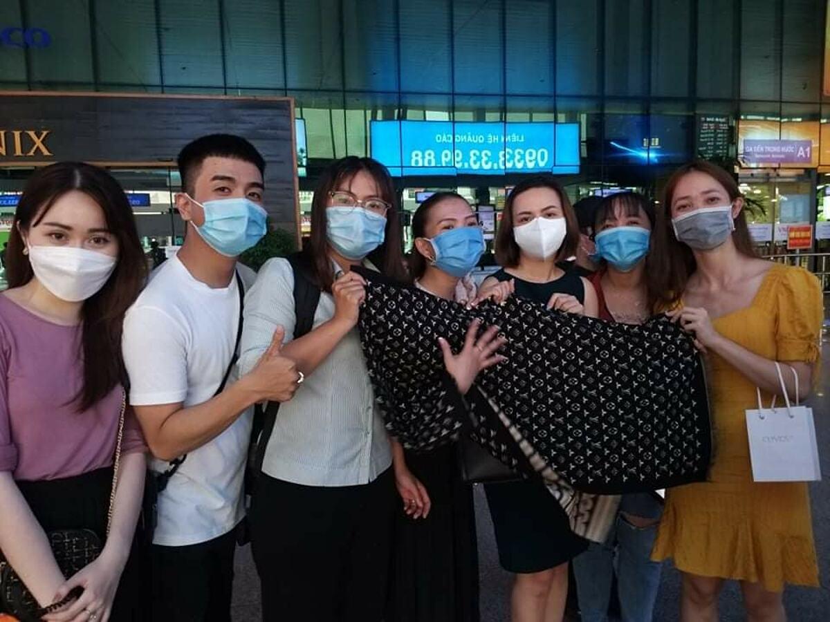 Nhóm fan cứng xếp hàng, đón Thủy Tiên tại sân bay.