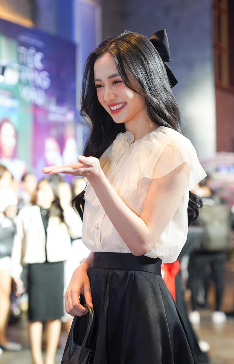 Ra mắt ở thời điểm các nhà phát hành ủng hộ phim Việt, buổi công chiếu Tiệc trăng máu thu hút đông đảo nghệ sĩ tham gia. Jun Vũ mặc đầm nữ tính, nhẹ nhàng.