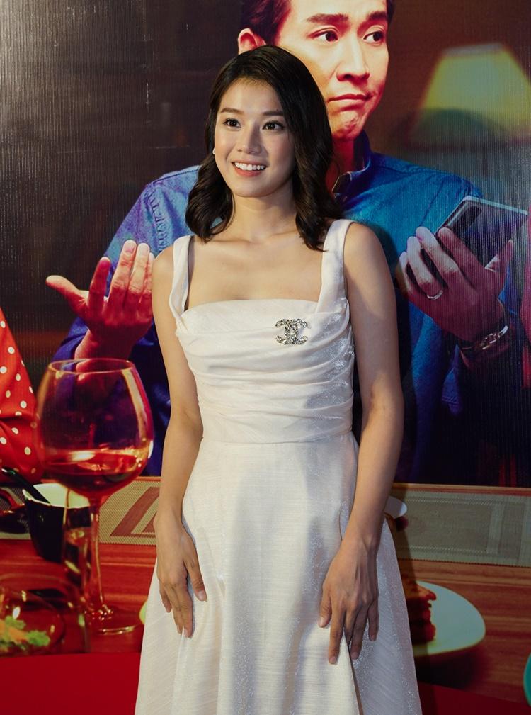 Hoàng Yến Chibi khoe sắc với đầm lụa mỏng. Sắp tới, cô tái ngộ khán giả qua phim Người cần quên phải nhớ.