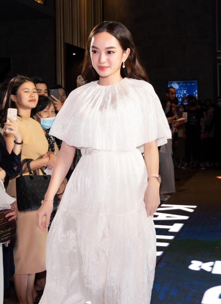 Kaity Nguyễn mặc đầm kín đáo. Tham gia phim có dàn cast nổi tiếng, nữ diễn viên thu về nhiều bài học kinh nghiệm. Ở tuổi 21, cô có nhiều trải nghiệm diễn xuất.