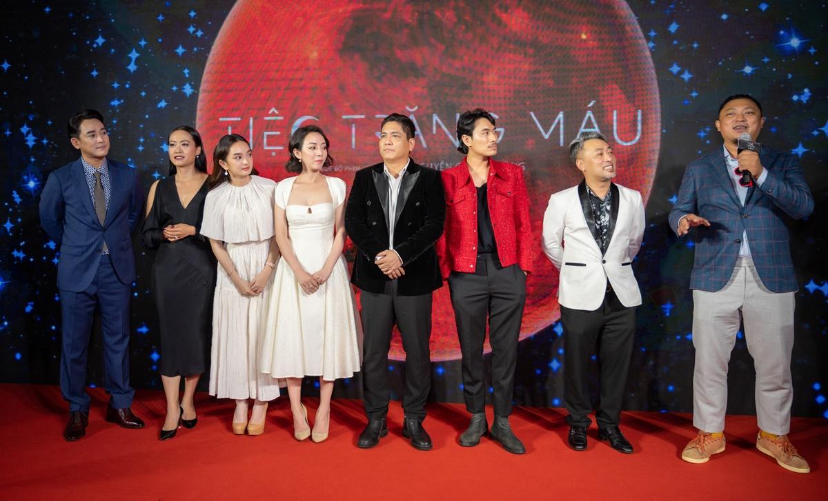 Dàn cast phim Tiệc trăng máu (từ trái qua) gồm: diễn viên Hứa Vĩ Văn, Hồng Ánh, Kaity Nguyễn, Thu Trang, Đức Thịnh, Kiều Minh Tuấn, đạo diễn Nguyễn Quang Dũng và nhà sản xuất Phan Gia Nhật Linh.