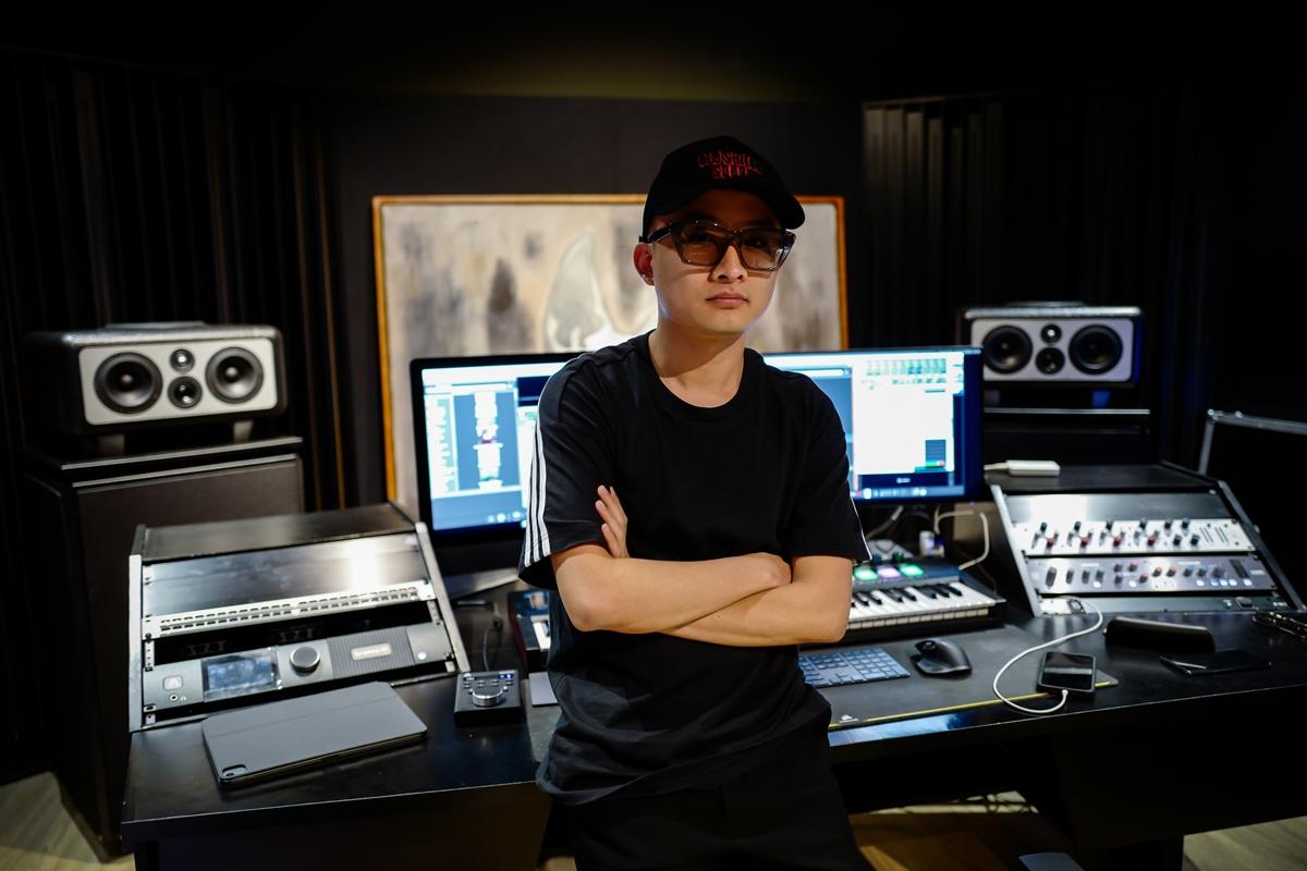 Producer Tín Lê cũng được giám đốc âm nhạc Touliver tin tưởng gọi vào đội hình. Chia sẻ về công việc tại Rap Việt, anh cho biết: Mỗi thí sinh đều có idea riêng cho phần thi. Việc phát triển các idea đó thành một bài nhạc hoàn chỉnh cũng mang lại rất nhiều thử thách cho producer, nhưng đồng thời cũng tạo ra những ý tưởng mới lạ và hay ho.
