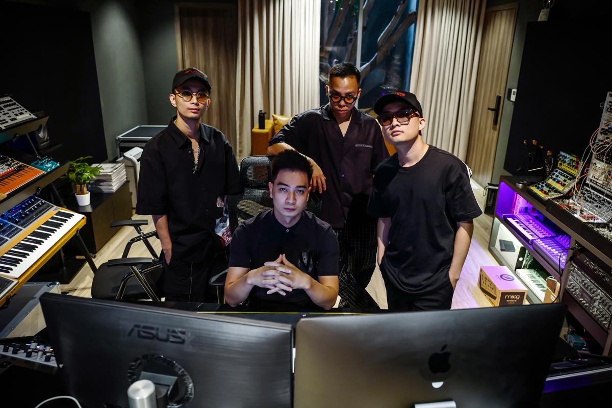 Rap Việt tiếp tục chứng minh sức hút khi tập nào lên sóng cũng hút lượng người xem lên đến hàng triệu và chiễm chệ ở top 1 trending YouTube Việt Nam. Ngoài dàn thí sinh chất lượng, HLV và giám khảo có chuyên môn, duyên dáng, không kể đến những người đứng sau - đó là những producer đảm nhận phần âm nhạc dự thi của thí sinh. Đó chính là bốn cái tên không còn xa lạ trong giới Underground: Touliver, Rhymastic, SlimV và Tín Lê.