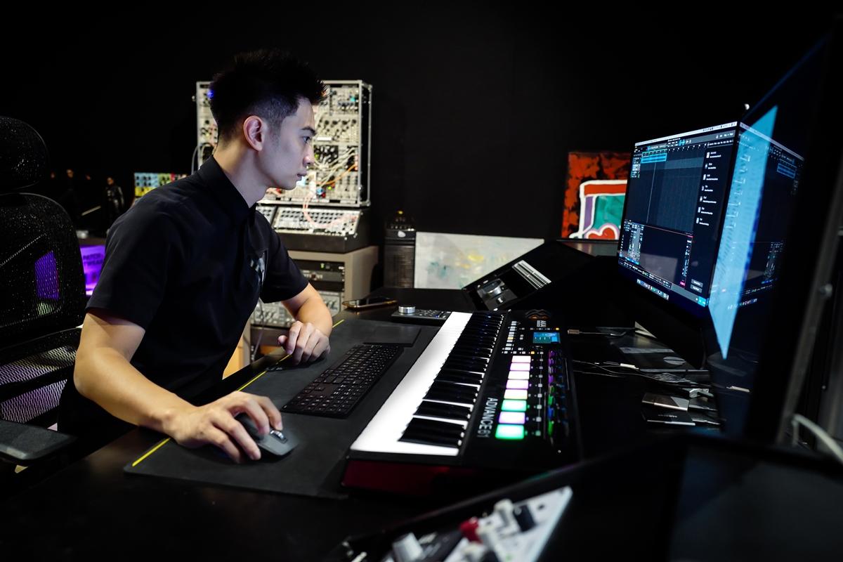 Phù thủy SlimV là người hoà âm cho các bản thu từ chương trình, loại bỏ tạp âm và căn chỉnh để khi lên sóng các phần trình diễn có chất lượng ngang bằng với nhau, khán giả có thể cảm nhận giống như xem trực tiếp tại sân khấu. Dù phụ trách tới hơn một trăm bản phối nhưng anh lại không thấy nhiều áp lực.