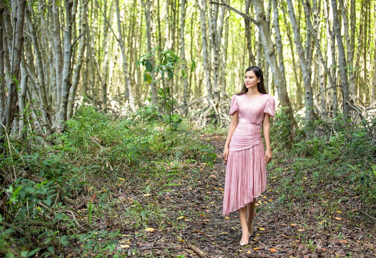 Sau khi trồng cây, cô dạo thăm rừng ngập mặn.