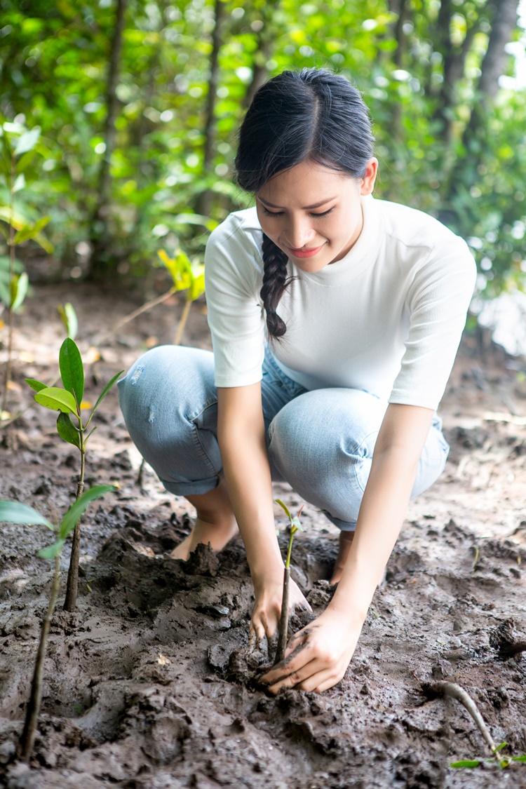 Giữa thời tiết nắng nóng ở Cần Giờ, người đẹp xắn quần, lội bùn trồng cây. Cô đào đất, tự tay trồng những cây vừa bén rễ. Mồ hôi nhễ nhại nhưng Thái Thị Hoa vui vì góp được phần sức nhỏ bảo vệ mẹ thiên nhiên. Cô muốn diện tích rừng ngập mặn được nhân rộng.