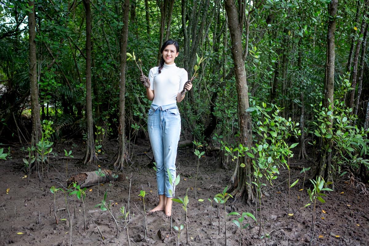 Thái Thị Hoa quay video dự án bảo vệ rừng ngập mặn trong phần thi tuyên truyền về môi trường tại Miss Earth. Cô nói bản thân lớn lên tại Gia Lai - nơi có nhiều cánh rừng bao phủ quanh năm - nên ý thức được tầm quan trọng của việc trồng rừng.