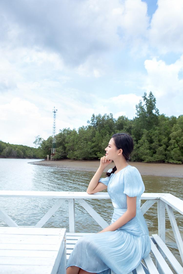 Người đẹp thay đồ, tranh thủ lưu giữ những hình ảnh đẹp tại Cần Giờ.Hoa hậu Trái đất năm nay khởi động từ 21/9. Do Covid-19, thí sinh sẽ thi trang phục dạ hội, áo tắm và vấn đáp tại nhà, sử dụng ứng dụng Zoom để kết nối với khán giả và ban giám khảo. Đơn vị nắm giữ bản quyền Miss Earth tại Việt Nam xác nhận Thái Thị Hoa sẽ là đại diện Việt Nam thi Miss Earth năm nay. Cô sinh năm 1994, đến từ Gia Lai, chiều cao 1,75 m, số đo 84-62-95 cm. Thái Thị Hoa từng đoạt danh hiệu Á hậu 2 cuộc thi Miss Vietnam Universe Ambassador và vào top 10 Global Asian Model World.