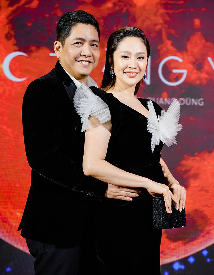 Buổi công chiếu phim Tiệc trăng máu quy tụ đông đảo nghệ sĩ tham dự, tối 19/10 tại TP HCM. Đức Thịnh một trong bảy diễn viên chính của phim. Diễn viên - nhà sản xuất Thanh Thúy (phải) tới cổ vũ chồng trong ngày trở lại diễn xuất.