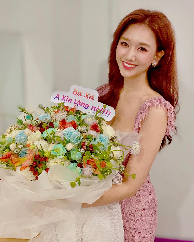 Hari Won rạng rỡ nhận bó hoa từ ông xã Trấn Thành.