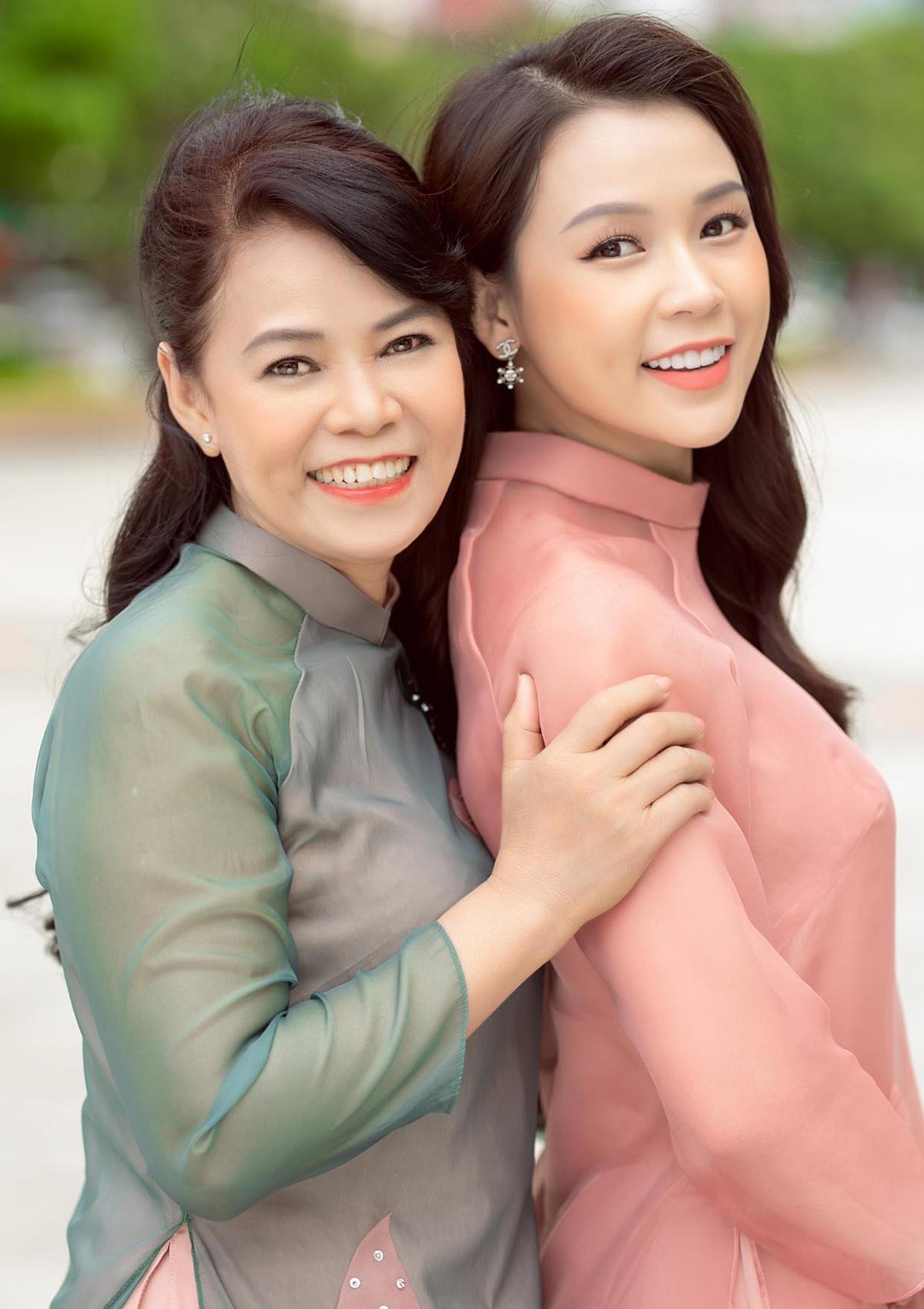 Sam diện áo dài đôi cùng mẹ.
